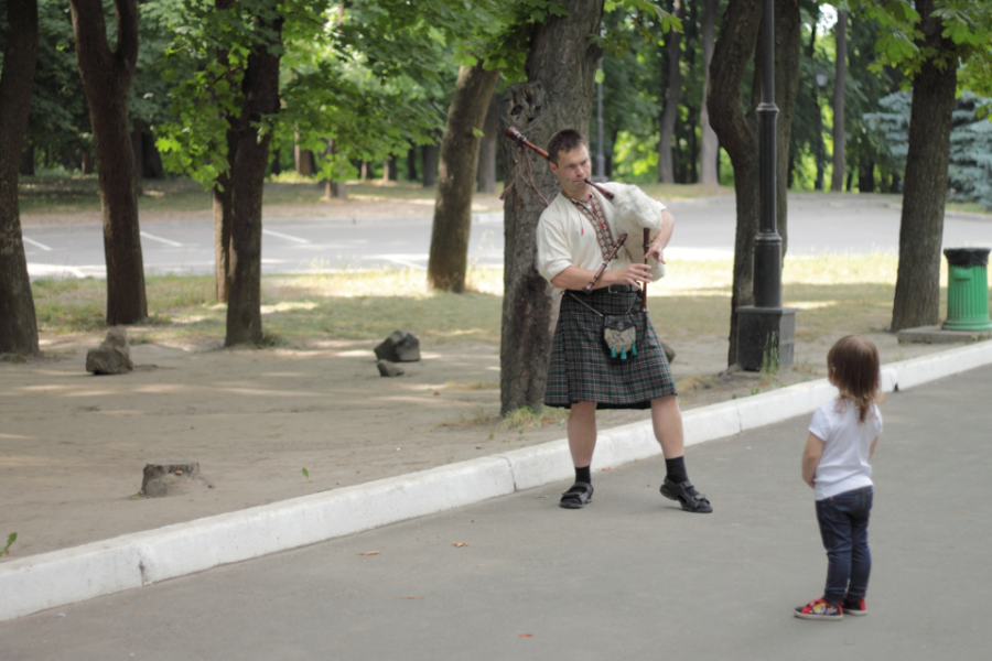 "The bagpiper attracts audience to the master class of ""Lugnasad"" - Photo by Natalia Furs"